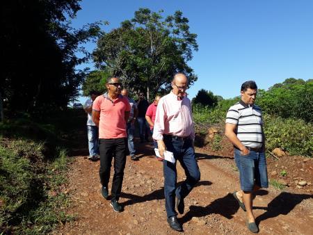 Reali (c) conduziu a visita e falou sobre a importância da compra da área