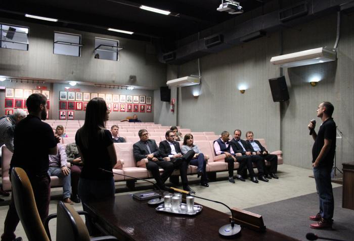 Professor Alex fez a apresentação do regulamento do concurso que irá escolher o esboço do projeto da sede própria da Câmara aos vereadores e assessores