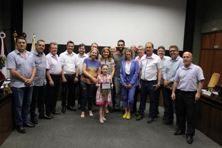 A pequena Alice foi homenageada pelos vereadores antes do início da sessão ordinária desta terça-feira, dia 1º.
