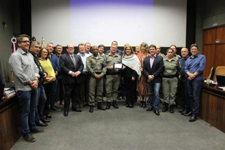 Presidente Neca entregou a placa ao comandante André Savian Giuliani, que usou a tribuna livre e agradeceu a homenagem.