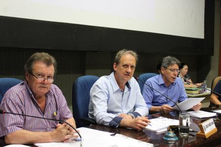 Rambo (PT) presidiu a sessão ordinária desta terça-feira, dia 5, ao lado dos colegas Kniphoff (PT) e Gisch (PP).
