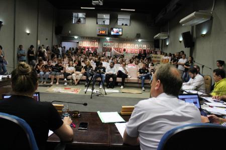Servidores públicos estaduais lotaram o Plenário da Câmara de Vereadores na sessão desta terça-feira, dia 19.