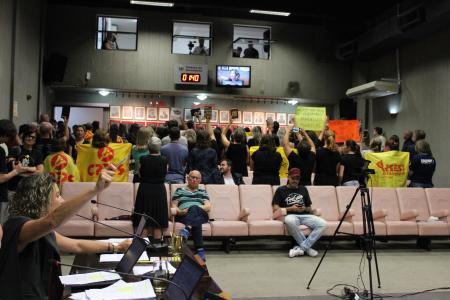 Professores dão as costas para vereadora Mariela Portz (PSDB) durante o seu pronunciamento favorável à proposta de reforma do Governo do Estado.