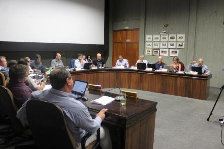 A maioria dos vereadores votou contra o veto do prefeito ao CM 093 (dispõe sobre as mensagens justificativas dos Decretos do Poder Executivo referentes a aberturas de Créditos Orçamentários).