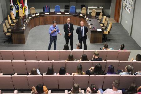 No Plenário, os estudantes foram recepcionados pelo presidente Lorival Silveira (PP), vice-presidente Sérgio Kniphoff e vereador Ildo Salvi (Rede).