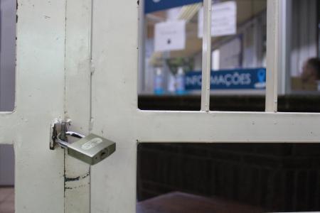 O acesso do público a qualquer espaço da Casa está restringido, isso vale para Recepção, Secretaria, Plenário, Gabinetes e Comissões, ou seja, não há atendimento presencial.