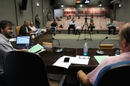 Vereadores foram orientados a sentar mais separados (com o espaço de uma cadeira). Desta forma, apenas oito parlamentares ocuparam as cadeiras na Mesa.